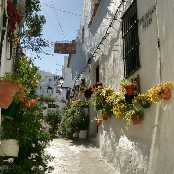 El caco antiguo de Tarifa con casas encaladas