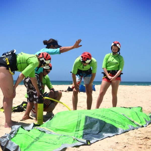 How to inflate the kite. Beginner Kitesurfing courses. Los Lances beach. Tarifa