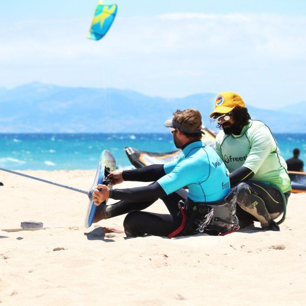 apprendre le kite foil, leçon de foil pour débutant, Tarifa, leçon de foil, learn how to kitefoil Tarifa