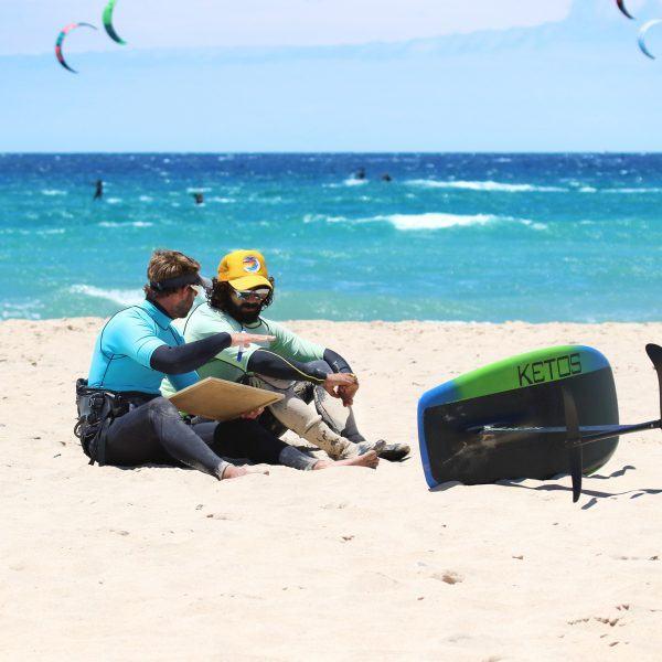 Kitefoil training, leçons de foil, apprendre le kitefoil à Tarifa, learn how to kitefoil