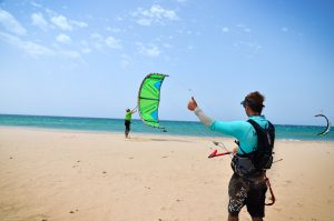 kitesurf instructor launching the kite on the beach