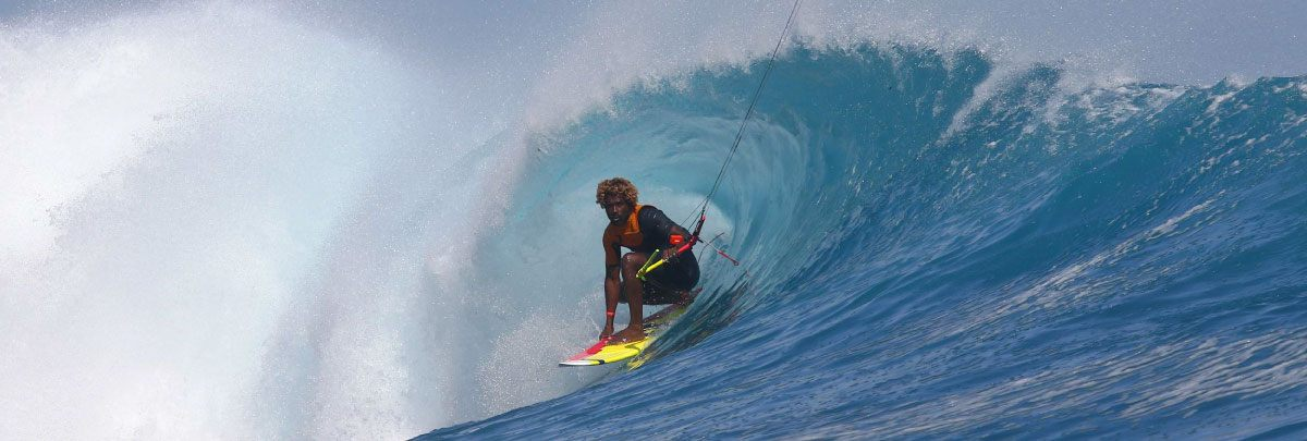 Mitu Monteiro surfant la vague pour le GKA Tour