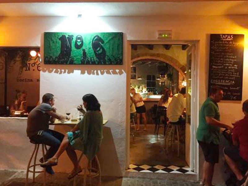 no-6-cocina-sencilla-Gastrobar-Tapas-Bar-Tarifa-Restaurants-puerta de jerez