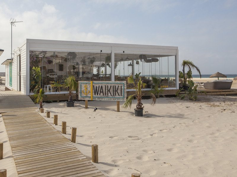waikiki-beach-club-bar-tarifa-balneario-beach-Freeride Tarifa Kite School