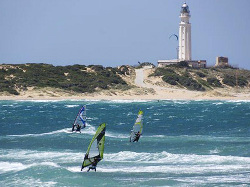 Spot de windsurf a Canos De Meca avec vagues