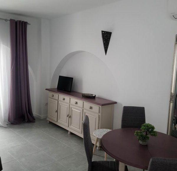 salón con TV del apartamento en Tarifa